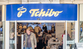 Hamburg Tyskland - Juli 14, 2017: Kunder som tycker om erbjuda av det Tchibo lagret Arkivbild