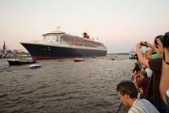 HAMBURG TYSKLAND - JULI 19, 2014: Queen Mary 2 transantlantic oc Arkivbilder