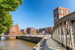 HAMBURG TYSKLAND - JULI 20, 2016: Turister längs stadsgator H Arkivbilder
