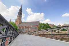 HAMBURG TYSKLAND - JULI 20, 2016: Turister längs stadsgator H Royaltyfri Foto