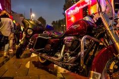 Hamburg Tyskland - Juni 23, 2018: En Harley Davidson i regnet framme av den nöd- bilen på Reeperbahnen fotografering för bildbyråer