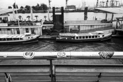 Hamburg Tyskland - Juni 25, 2018: En sikt på Landungsbrueckenen och klistermärkear i Hamburg arkivfoton