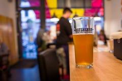 Hamburg Tyskland - Juni 23, 2018: Ett Ratsherrn öl i en stång i Hamburg arkivbilder