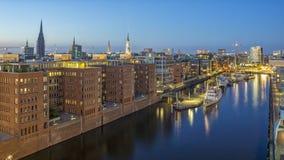 Hamburg Tyskland - Juni 18, 2017: Hamburg hamn på sommaraftonen Fotografering för Bildbyråer