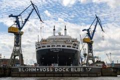 Hamburg Tyskland - Juni 11, 2016: RMS Queen Mary 2, ett transatlan Fotografering för Bildbyråer