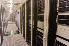 Hamburg Tyskland - Juni 25, 2018: Serverrack nätverksnav och strömbrytare i datorhall arkivfoton