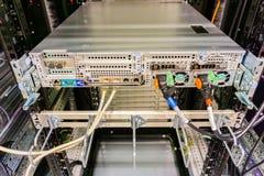 Hamburg Tyskland - Juni 25, 2018: Serverrack nätverksnav och strömbrytare i datorhall royaltyfri bild