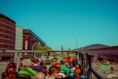 HAMBURG TYSKLAND - JUNI 08, 2015: Sightbuss som besöker på alla turisticsställen i Hamburg, historiska byggnader Fotografering för Bildbyråer