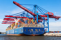 Hamburg Tyskland, 2014 10 21 - lastfartyg mycket av behållare in royaltyfria foton