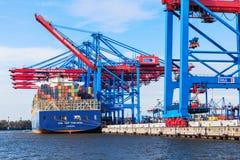 Hamburg Tyskland, 2014 10 21 - lastfartyg mycket av behållare in Arkivfoto
