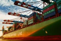 Hamburg Tyskland, 2014 10 21 - lastfartyg mycket av behållare in Royaltyfri Bild