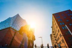 Hamburg Tyskland - Maj 17, 2018: Elbphilharmonie panorama- skott - blå himmel och den ljusa solen tänder och signalljus bakifrån arkivfoto