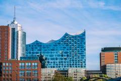 HAMBURG TYSKLAND - Maj 28, 2017: Elbphilharmonien, konserthall i porten av Hamburg Det mest högväxta bebott arkivfoton