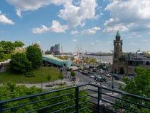 Hamburg Tyskland - Maj 22, 2016: Sikt på gamla Elbtunnel, hamn, Landingbridge och Elbphilharmonie på fint väder arkivfoton