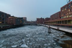Hamburg Tyskland - mars 04, 2014: Sikt från den Magdeburger bron på Magdeburger Hafen och internationellt maritimt museum Hamburg royaltyfri fotografi