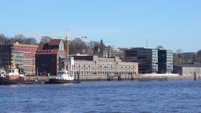 HAMBURG TYSKLAND - MARS 8th, 2014: Altonaeren Kaispeicher som byggs i 1924 och moderniseras i 2009 på bankerna av Arkivbilder