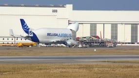 HAMBURG TYSKLAND - MARS 7th, 2014: avlastning av flygplanbelugaen i flygplatsen Finkenwerder Varje dag kommer med denna nivå Royaltyfri Foto
