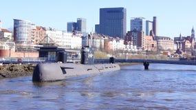 HAMBURG TYSKLAND - MARS 8th, 2014: En rysk ubåt är nu ett museum som är öppet till allmänheten i hamnen Den tidigare spionen Royaltyfri Fotografi