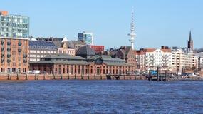 HAMBURG TYSKLAND - MARS 8th, 2014: flod Elbe och den berömda Fischmarkt fiskmarknaden, Fischauktionshalle Royaltyfri Fotografi
