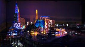 HAMBURG TYSKLAND - MARS 8th, 2014: Las Vegas på natten på Miniaturen Wunderland är en järnväg dragning för modell och Arkivbild