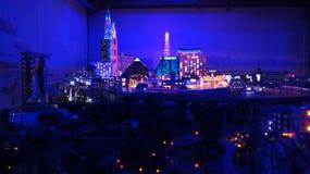 HAMBURG TYSKLAND - MARS 8th, 2014: Las Vegas på natten på Miniaturen Wunderland är en järnväg dragning för modell och Royaltyfria Foton