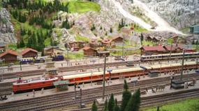 HAMBURG TYSKLAND - MARS 8th, 2014: Miniatur Wunderland är en järnväg dragning för modell och det störst av dess sort i Royaltyfri Fotografi