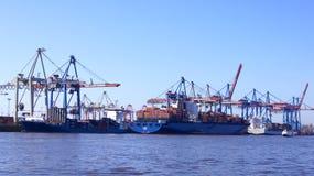 HAMBURG TYSKLAND - MARS 8th, 2014: Sikt på Burchardkaien av den Hamburg hamnen Behållareskeppet TABEA är olastat och Royaltyfria Foton
