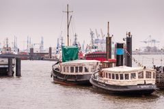 Hamburg Tyskland - 01 mars, 2014: Två Oldtimerlbarges som är lekmanna- på ankaret i Museumshaven Oevelgoenne royaltyfri fotografi