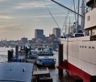 HAMBURG TYSKLAND - NOVEMBER 01 2015: Det berömda museumskepplocket San Diego och sightfartyg ställer upp längs landgångarna av Arkivbild