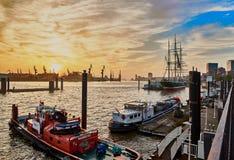 HAMBURG TYSKLAND - NOVEMBER 01, 2016: Scenisk solnedgång på hamnnollan Royaltyfria Bilder