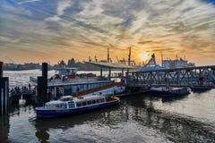HAMBURG TYSKLAND - NOVEMBER 01 2015: Turister går ombord för den sista hamnen turnerar på de berömda landgångarna av hamnen av Arkivbilder