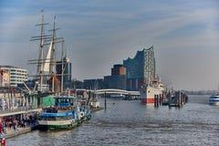 HAMBURG TYSKLAND - NOVEMBER 01 2015: Tusentals turister befolkar den berömda hamnpromenaden av Hamburg och tycker om Arkivbilder
