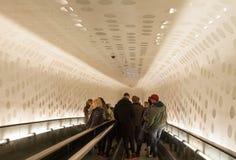 Hamburg Tyskland - rulltrappa till plazaen på den Elbphilharmonie konserthallen arkivbilder