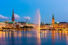 Hamburg Tysklandhorisont på skymning royaltyfri foto