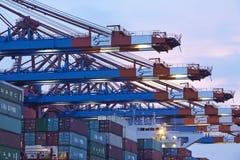 Hamburg-Walterhof - de kranen van de Containerbrug in de avond Royalty-vrije Stock Foto's