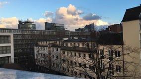 Hamburg: Widok nad dachów wierzchołkami na Elbphilharmonie z chodzenia światłem słonecznym i chmurami zbiory