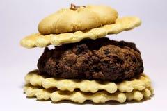 Hamburgare av kakor, med en körsbär överst royaltyfri bild