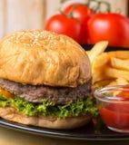 Hamburgare Chips Lunch Indicates Quarter Pounder och bulle royaltyfri foto