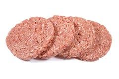 Hamburgare finhackat nötkött på en vit bakgrund Royaltyfri Fotografi