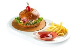 Hamburgare, franska sm?fiskar och tomats?s i en vit oval platta som isoleras p? vit bakgrund royaltyfri fotografi