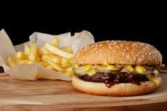 Hamburgare & x28; hamburger& x29; med franska småfiskar Royaltyfri Foto