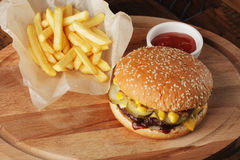 Hamburgare & x28; hamburger& x29; med franska småfiskar Arkivbild