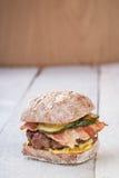 Hamburgare med bacon Arkivbilder