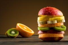 Hamburgare med frukt arkivfoton