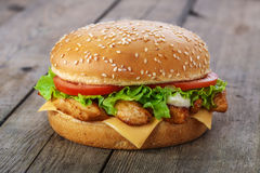 Hamburgare med höna och ost Arkivfoto