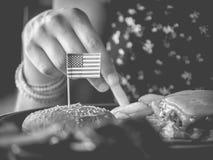 Hamburgare med USA-flaggamonokrom Arkivfoton