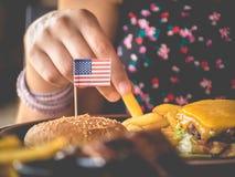 Hamburgare med USA-flaggan Arkivfoto
