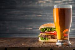 Hamburgare och öl Arkivbild