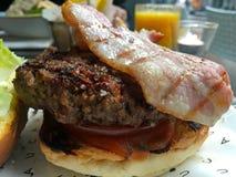 Hamburgare och bacon i amsterdam arkivfoto