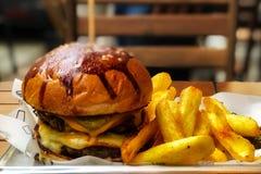 Hamburgare och pommes frites med suddighetsbakgrund Royaltyfri Bild